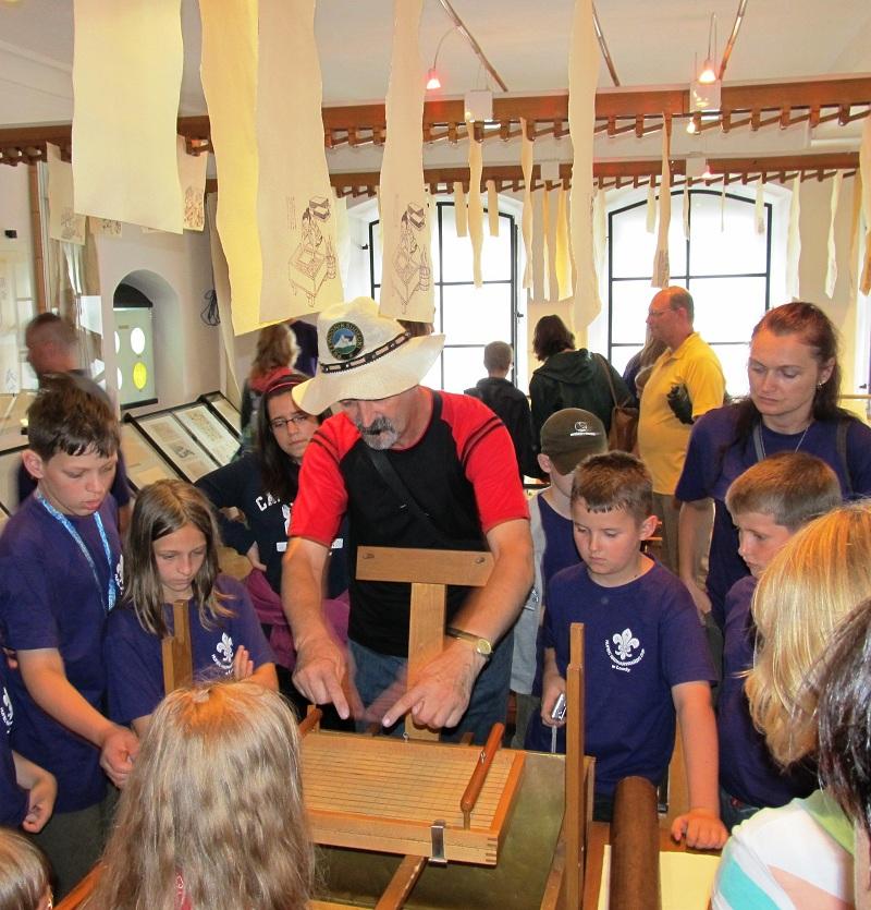 Zwiedzający w Muzeum Papiernictwa w Dusznikach Zdroju