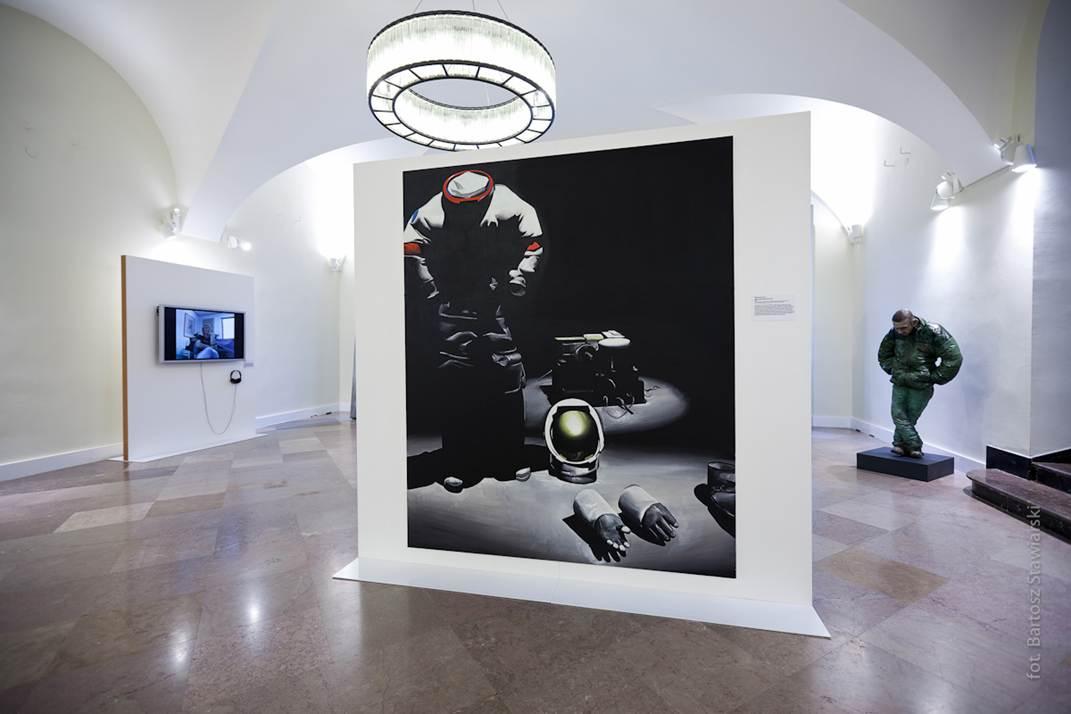 """Widok wystawy, na pierwszym planie: Wilhelm Sasnal """"Bez tytułu (Astronauta)"""", 2011 (fot. B. Stawiarski)"""