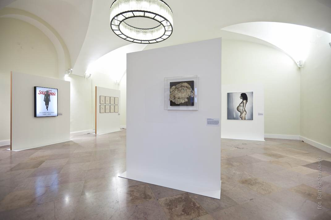 """Widok wystawy, na pierwszym planie: Alina Szapocznikow """"Zielnik XII (Głowa Chrystusa)"""", 1972 (fot. B. Stawiarski)"""