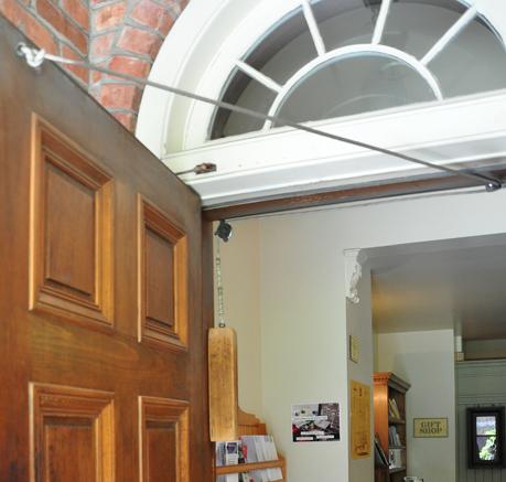 Oryginalny mechanizm zamykający drzwi wejściowe działa niezawodnie mimo upływu lat (fot. Autor)