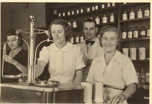 Tadeusz Pankiewicz z pracownicami, od lewej: Helena Krywaniuk, Aurelia Danek-Czortowa i Irena Droździkowska, 1942