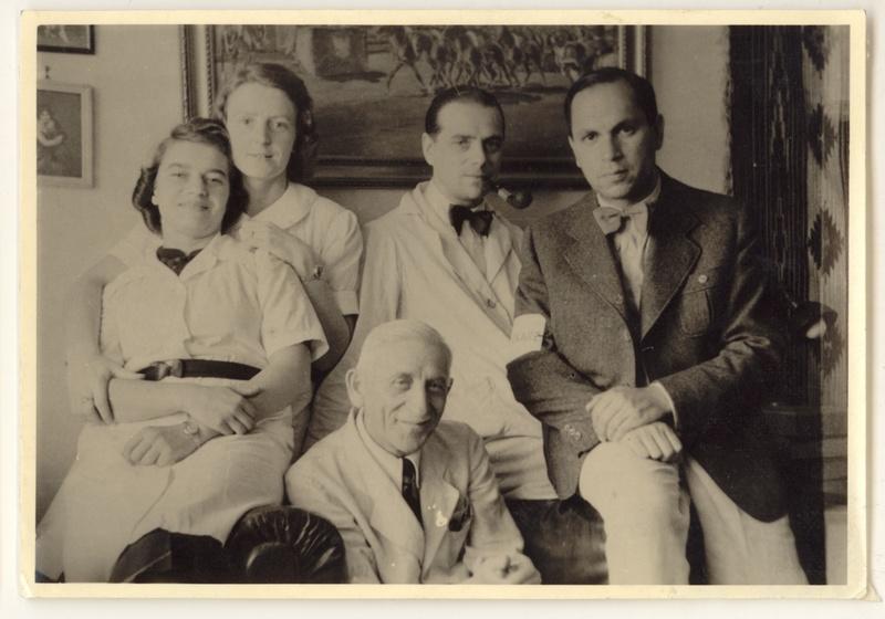 W pokoju dyżurnym apteki. Od lewej: Helena Krywaniuk, Aurelia Danek, Tadeusz Pankiewicz, dr Leon Glück, dr medycyny Roman Glassner, 1942