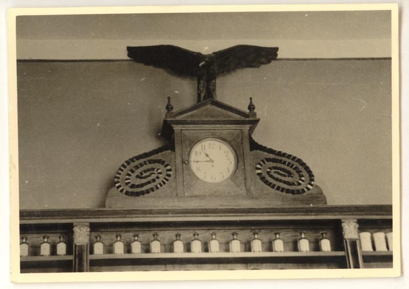 Rzeźba orła wieńcząca meble apteczne w Aptece pod Orłem