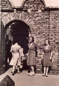Aurelia Danek i Irena Droździkowska przed bramą do getta na pl. Zgody, 1942