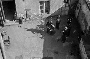 Grupa muzyków na jednym z krakowskich podwórek. Fot. Henryk Hermanowicz, lata 40/50. XX w., ze zbiorów MHK