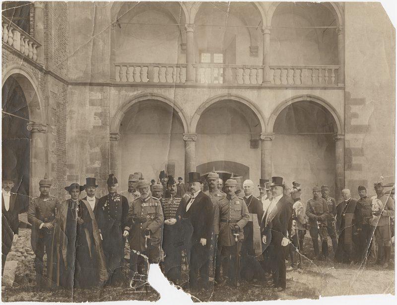 Wizyta króla Bawarii na Wawelu. W centrum stoi król Ludwik III Wittelsbach (w pikielhaubie na głowie), towarzyszą mu m.in. bp Adam Sapieha (trzeci z lewej) i prezydent Krakowa Juliusz Leo (na prawo od króla, w cylindrze). Fot. Tadeusz Jabłoński, 27.06.1915, ze zbiorów MHK