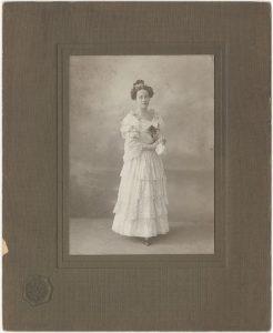 Nierozpoznana młoda kobieta. Fot. Józef Sebald, ok. 1910, ze zbiorów MHK