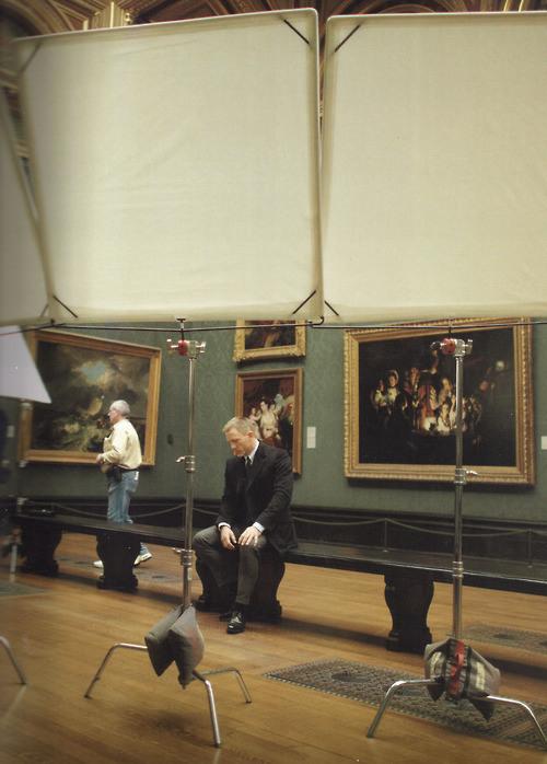 "Daniel Craig na planie ""Skyfall"" w National Gallery w Londynie | Źródło fot.: http://theartsyfilmblog.com/2012/11/14/skyfall-at-the-museum/"