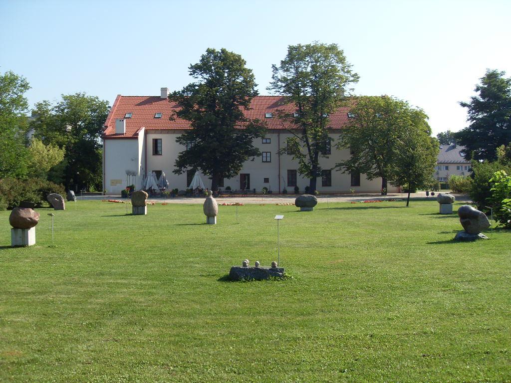 Ogród muzealny z Galerią przez Dotyk.W tle widoczna siedziba muzeum.
