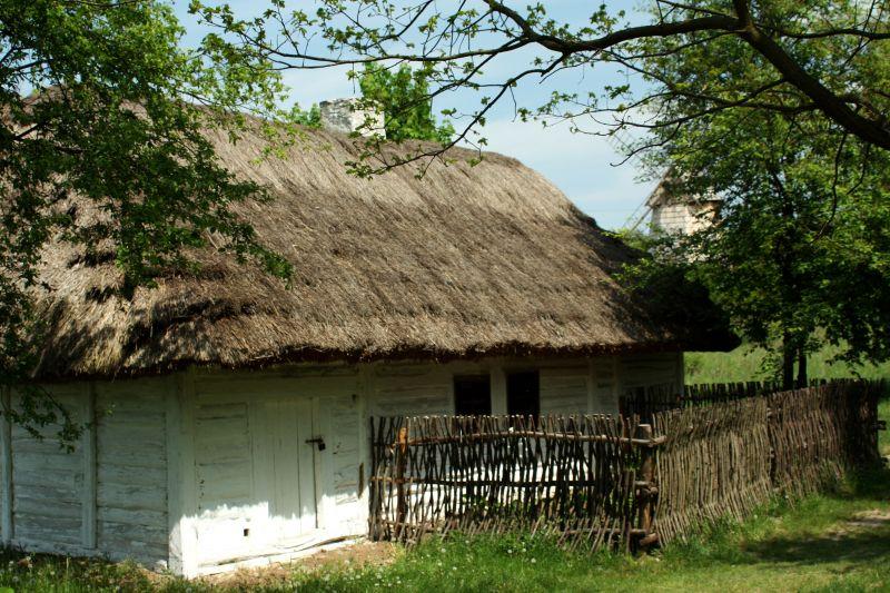 """Muzeum Wsi Kieleckiej, gdzie kręcono """"Papuszę"""". Na zdjęciu chałupa ze wsi Chroberz z 1858 roku."""