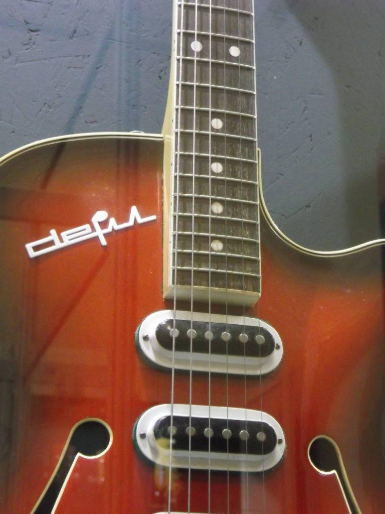 """Z wystawy """"Defil – kultowe gitary PRL"""": Defil Carioca wzorowany na Hagstrom (fot. M. Kiełbus)"""