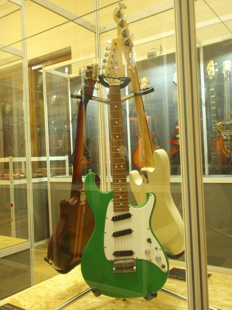 """Z wystawy """"Defil – kultowe gitary PRL"""": Defil Aster Lux Str., ostatnia z gitar elektrycznych Defila (1 poł. lat 90-tych) (fot. M. Kiełbus)"""