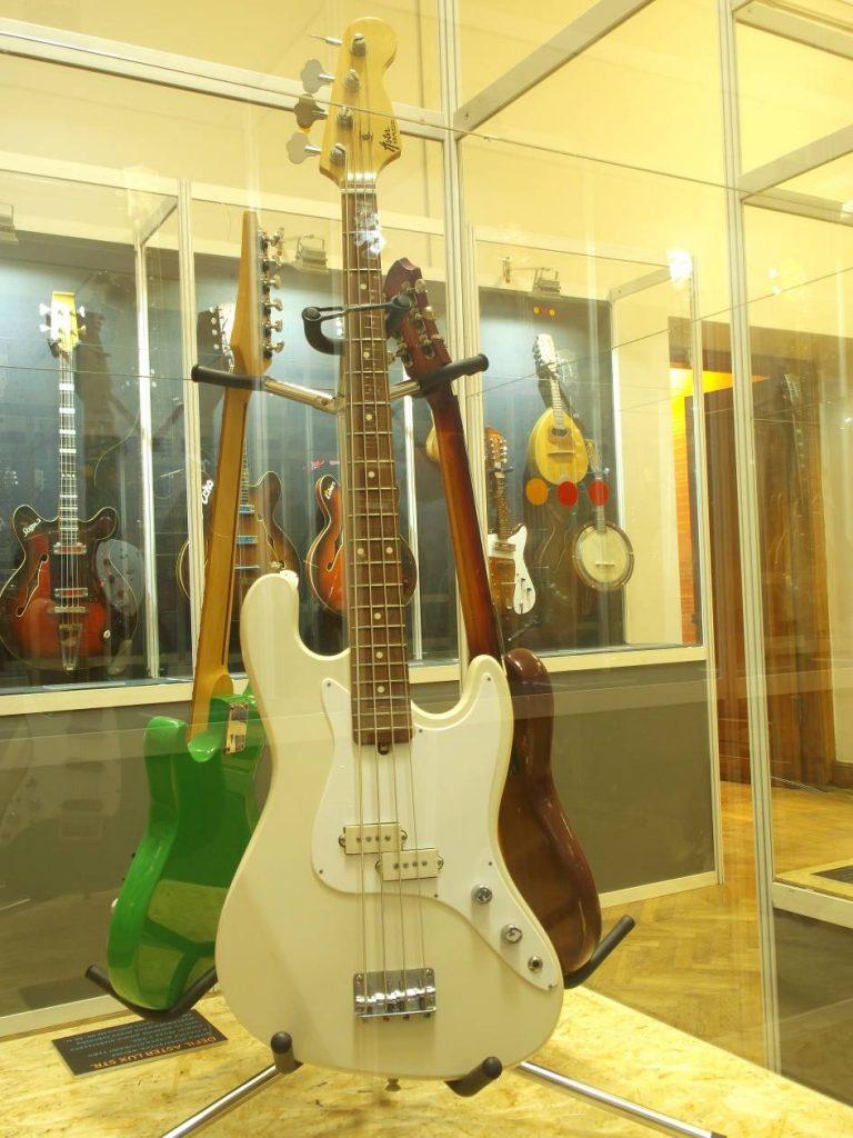 """Z wystawy """"Defil – kultowe gitary PRL"""": wzorowana na Fenderze gitara basowa z pocz. lat 80-tych (fot. M. Kiełbus)"""