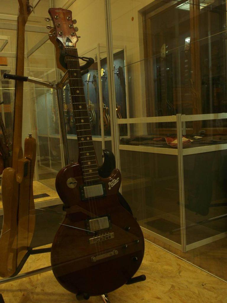 """Z wystawy """"Defil – kultowe gitary PRL"""": Defil Aster z poł. lat 80-tych wzorowany na Gibsonie (fot. M. Kiełbus)"""