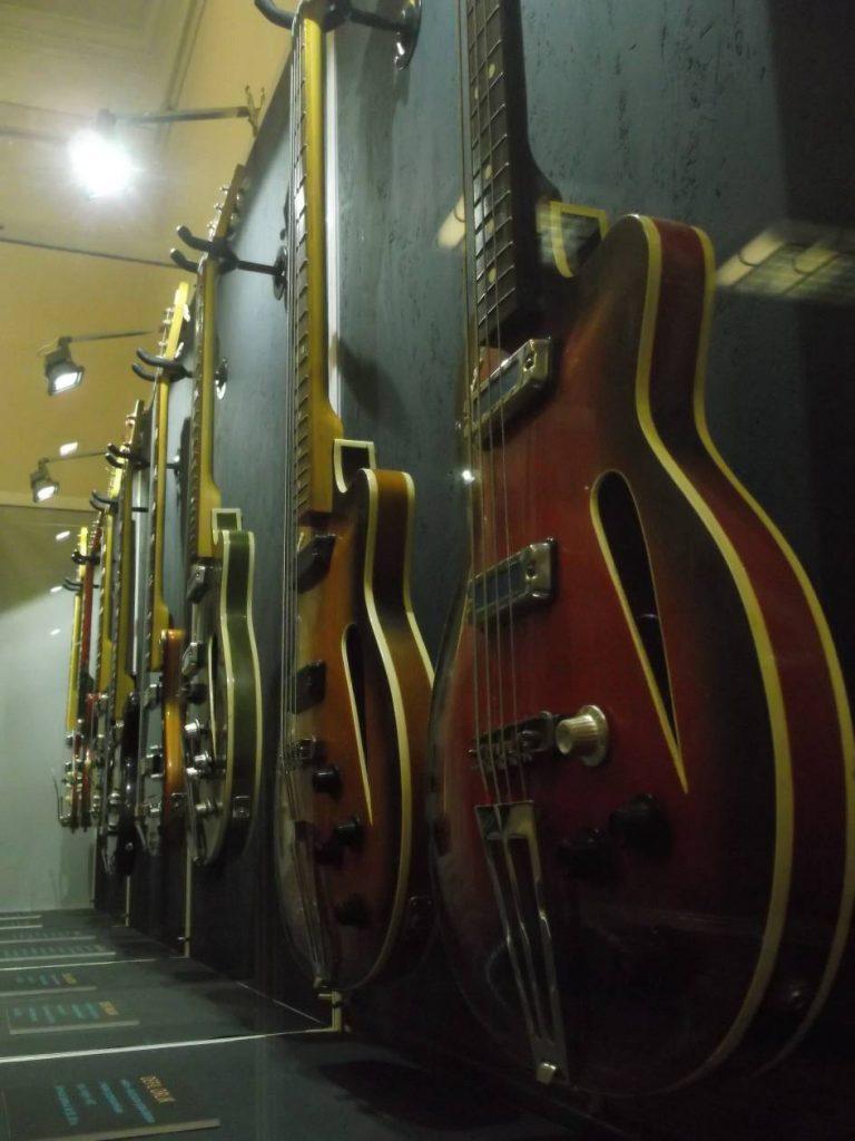 """Z wystawy """"Defil – kultowe gitary PRL"""": kolekcja gitar półakustycznych (fot. M. Kiełbus)"""