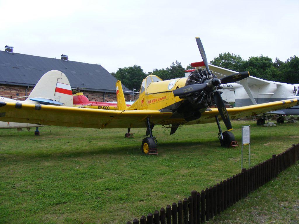 """Samolot M-18 Dromader. Zwraca uwagę charakterystyczna """"garbata"""", sylwetka (fot. Autor)"""