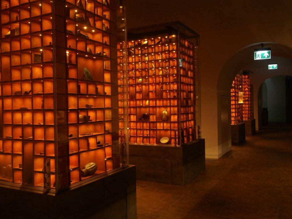 Wnętrze kaponiery, gabloty z przedmiotami z dołów śmierci (fot. M. Kiełbus)
