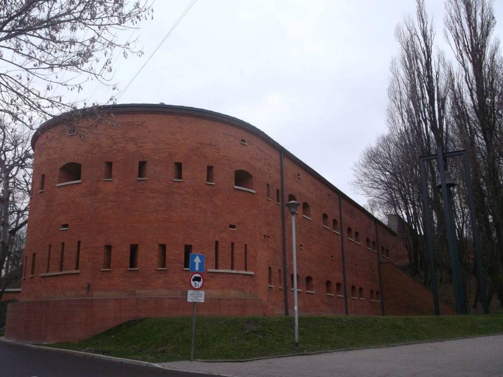 Kaponiera z zewnątrz, od strony Wisłostrady (fot. M. Kiełbus)