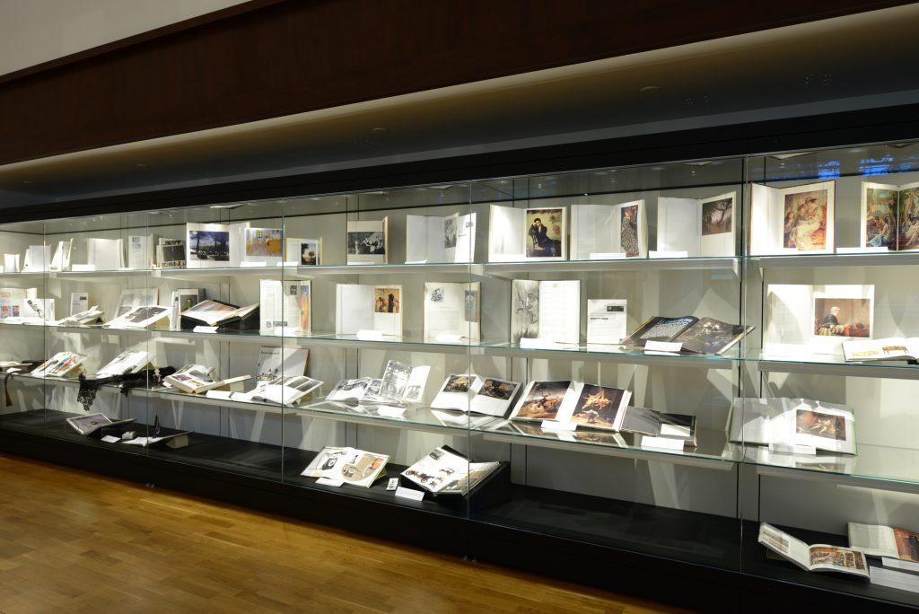 Szkło antyrefleksyjne Guardian Clarity™ pozwala odwiedzającym muzea skupić się na eksponatach. Médiathèque Pierre Amalric d'Albi, Francja. (Zdjęcie Guardian Industries Corp., GRDPR057)