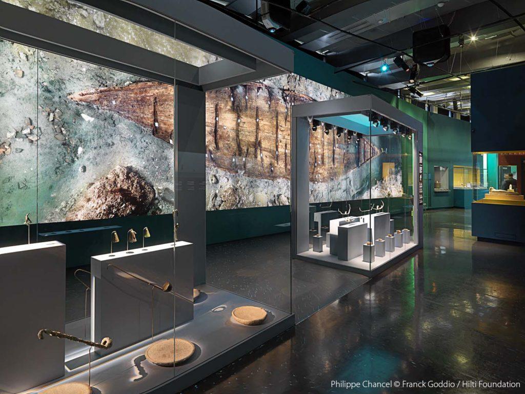 Szkło antyrefleksyjne Guardian Clarity™ pozwala odwiedzającym muzea skupić się na eksponatach. 'Osiris, Egypt's Sunken Mysteries' w l'Institut du Monde Arabe, Paryż, Francja. (Zdjęcie Philippe Chancel © Franck Goddio / Hilti Foundation, GRDPR057)