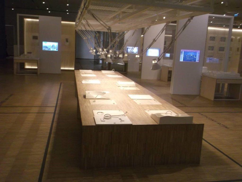 """Stół edukacyjny w części """"Laboratorium przestrzeni teatralnych – przeszłość w teraźniejszości"""" [fot. M. Kiełbus]"""