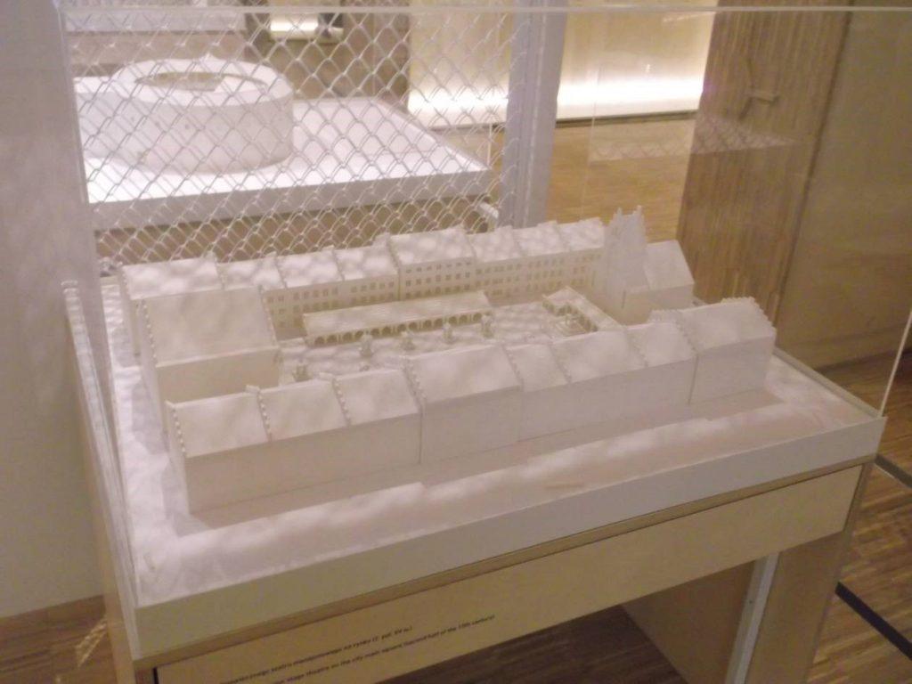 """Jedna z makiet w części """"Laboratorium przestrzeni teatralnych – przeszłość w teraźniejszości"""", ściśle: model mansjonowego teatru na rynku średniowiecznego miasta [fot. M. Kiełbus]"""