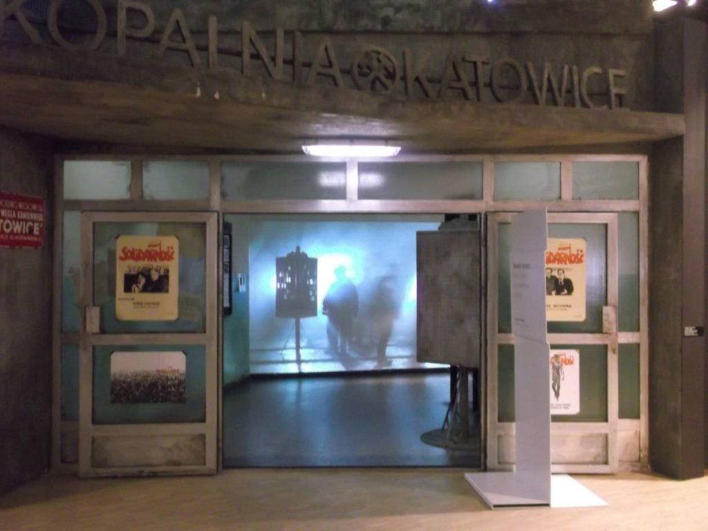 """Wejście na wystawę """"Światło historii. Górny Śląsk na przestrzeni dziejów"""" [fot. M. Kiełbus]"""