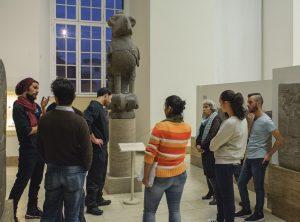 Teilnehmer des Museumsguideprojekts Multaka im Museum für Islamische Kunst der Staatlichen Museen zu Berlin © Staatliche Museen zu Berlin / Foto: A. R. Laub