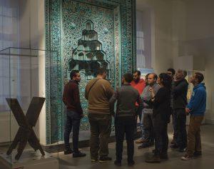 """projekt pilotażowy """"Multaka: Treffpunkt Museum"""", przygotowany przez zespół z Muzeum Sztuki Islamskiej w Berlinie © Staatliche Museen zu Berlin / Foto: A. R. Laub"""