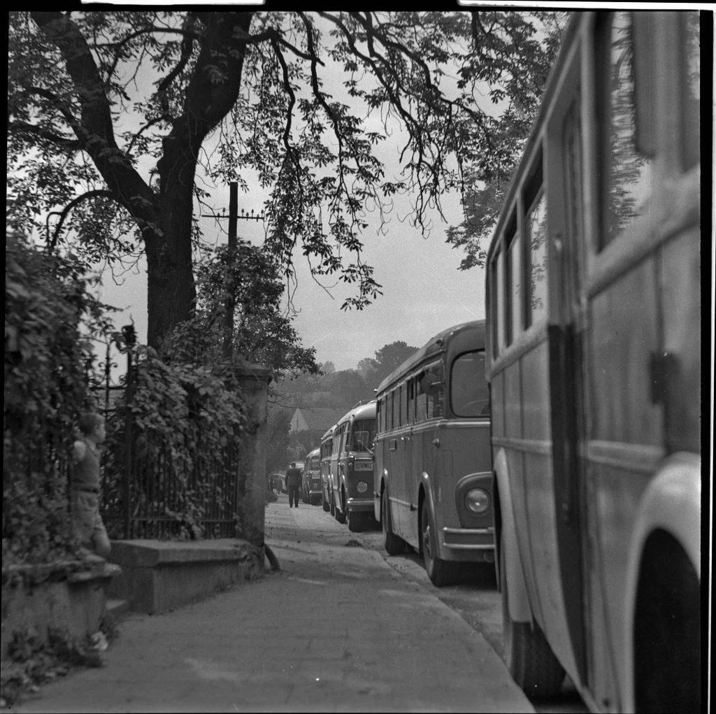 Alfons Długosz, autobusy turystyczne obok kopalni, zbiory Muzeum Żup Krakowskich Wieliczka