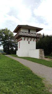 Zrekonstruowana wieża strażnicza, fot. W. Pokojska