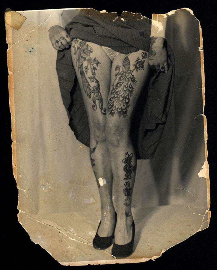 Nogi Pameli Nash wytatuowane przez Lesa Skuse, fotografia ok. 1960 r.